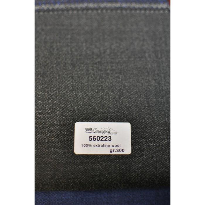 560223