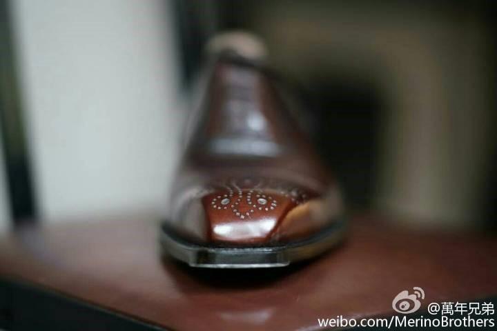辨识度极高,令人着迷的鞋头稜角曲线