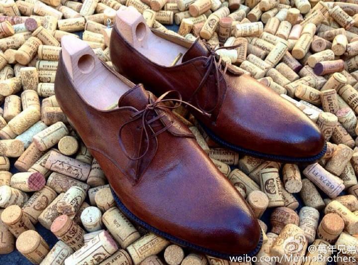 柔軟的的骆驼皮三孔德比鞋