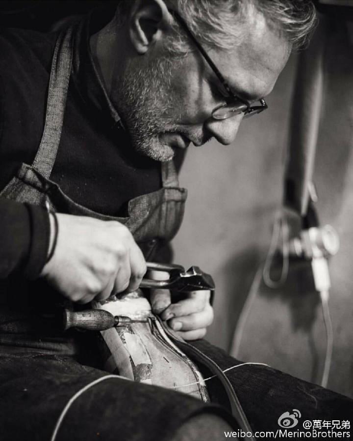 超过二十年的工作,Roberto Ugolini的手指满是匠人们引以为傲的硬茧